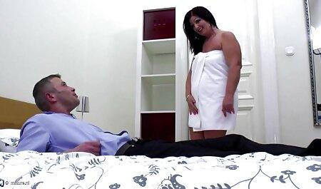 Bionda con tette film porno sexy gratis enormi scopa con uomo grasso sul divano