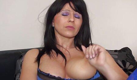 Sexy bruna abilmente prende in fete cu cur sexi bocca