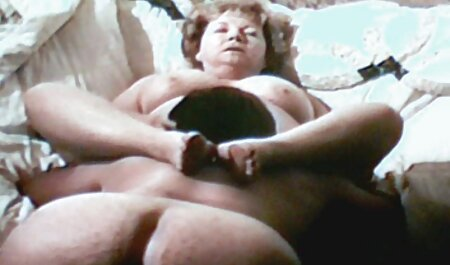Ragazza con grandi tette film completi sex perdite pipì agenti sul lettino da massaggio