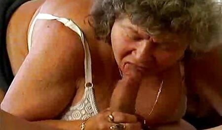 Sottile ragazza in calze cavalca video sex in lingua italiana un grande amico sulle scale