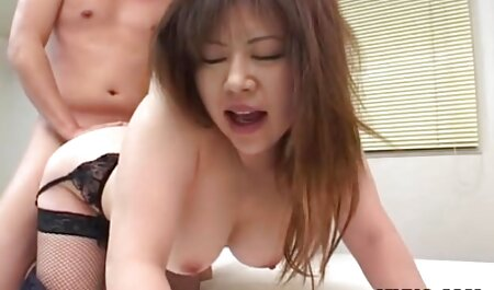 Bruna dai grossi seni in un corsetto video nonne sex compagno di stanza che soffia un