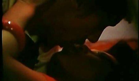 Massaggiatore присунул membro in olio video sex asiatiche imbevuto di figa di un cliente sul tavolo