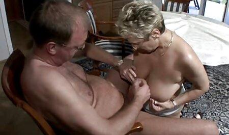 Donna tedesca con grandi tette in lingerie babe care fac dragoste bianca solleva le gambe e ottiene culo Riser 。