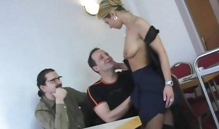 L'allattamento al seno con grande дойками ha preso il sesso con due ragazzi in camera d'albergo filme xesi