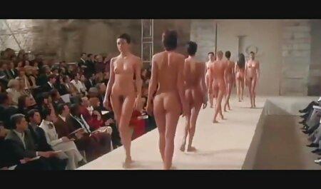 Giovane ginnasta si sedette sul nudo filmespormosgratis bilanciamento su due sedie