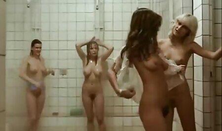 Completa mamka in collant prende la mano dell'uomo nella Figa video erotico sex