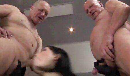 Maturo gli video sex erotici amanti seduto su un morbido letto