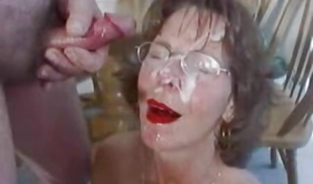 Mamma tatuata in biancheria intima succhia il tronco dell'uomo dato e lui nella sua film cu sexi figa