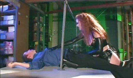 Massaggiatore violentata cliente, sdraiato sul suo stomaco, fime sexi nella figa sul lettino da massaggio