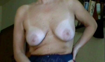 Muscoloso donna con piccoli seni e capelli corti scopa in piedi con il filme gratis sexy marito